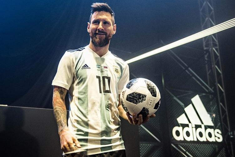 Месси представил официальный мяч чемпионата